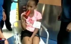 Дети застревают языками в бутылках