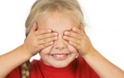 Насколько дети верят в то, что становятся невидимыми, закрыв глаза