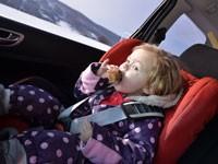 Каждый третий ребенок пристегнут в машине неправильно