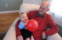 Многие бабушки и дедушки, занятые воспитанием внуков, не знают о вреде ходунков и других моментах