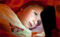 Телевизор и другие электронные устройства в спальне у ребенка приводят к проблемам со сном и развитию ожирения
