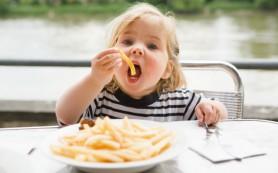 Нездоровая пища вызывает признаки половой зрелости в возрасте 6 лет