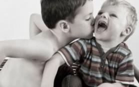 Двухлетний ребенок смеется весь день напролет