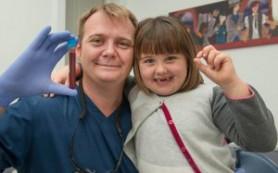 Папа вырвал дочери два зуба ради стволовых клеток