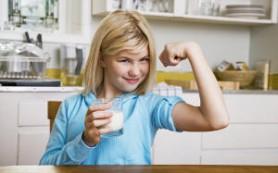 Обнаружено, сколько дети должны пить молока