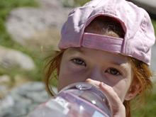 Необычная бутылка для воды должна отбить у ребенка желание пить газировку