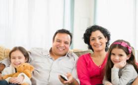 Дети имитируют родителей при просмотре телевизора