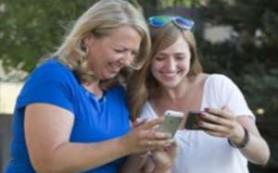 Подростки чувствуют себя ближе к родителям, когда общаются с ними в социальных сетях