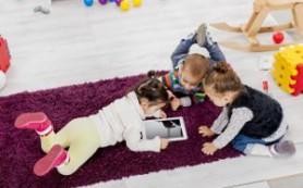 Более половины родителей используют гаджеты, как нянек для детей
