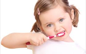 Приучаем детей чистить зубы