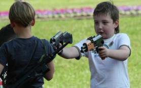 Эксперты: мальчика не воспитать без военных игрушек