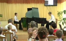 Фортепианный дуэт юных выпускников Смоленской школы искусств выступил с отчетным концертом