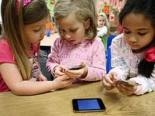 Игры на планшетах и мобильных телефонах вредны для маленьких детей