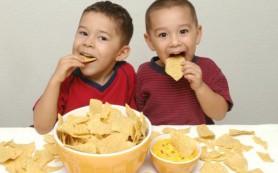 Ученые: чипсы задерживают развитие детей