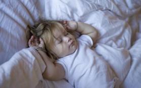 Ребенок разговаривает во сне: что советуют врачи