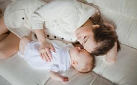 Нельзя спать с младенцами на диване