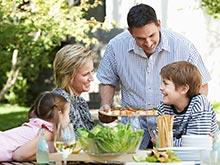 Обеды в кругу семьи спасут подростков от ожирения