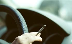 Родителей предлагают штрафовать за курение в машине при детях