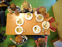 Обстановка в столовой помогает детям питаться правильно