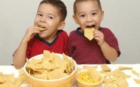 Чипсы замедляют умственное развитие детей: способ борьбы с «зависимостью»