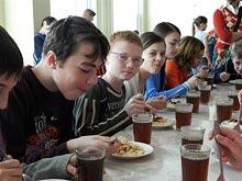 Правильно составленное школьное расписание может приучить детей к полезной пище