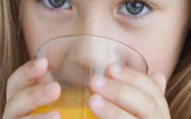 Фруктовые соки разрушают детские зубы