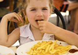 Обнаружены новые опасные последствия избытка соли в рационе детей