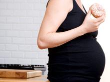 Ученые рассказали, почему во время беременности не стоит есть нездоровую пищу