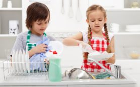 Как приучить ребенка помогать по дому