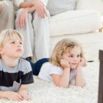 Время за телевизором вредит костям маленьких детей