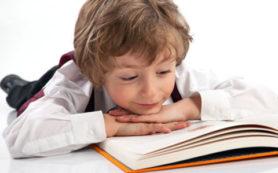 Психологи: заставлять ребенка читать нельзя