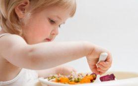 Эксперты: не стоит заставлять ребенка доедать все с тарелки