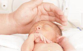 Мозг недоношенного ребенка слабее реагирует на прикосновения к коже