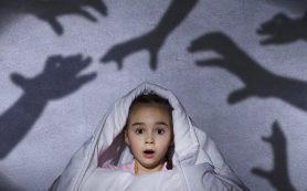 Ребенок боится темноты: почему и что делать