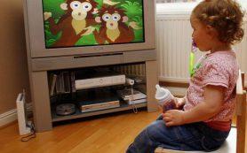 Телевизор замедляет умственное развитие у детей до двух лет