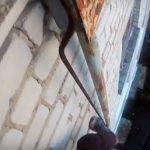 В Смоленске подросток, рискуя жизнью, залез на пятиэтажку по трубе