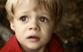 В Сафоново мужчина пугает детей во дворах