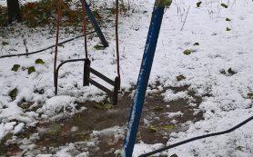 В Смоленске дети могут покалечиться на детской площадке
