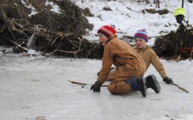 На тонком льду озера в парке 1100-летия Смоленска играют маленькие дети