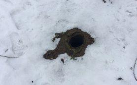 В Смоленске ребенок провалился в вырытую коммунальщиками на детской площадке яму