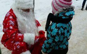 В центре Смоленска Дед Мороз вручает сладкие подарки за стихи