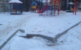 В Смоленске январь «сломал» бордюр на детской площадке