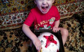Двухлетний смолянин попросил у сборной России футбольные мячи для детского дома