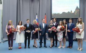 Губернатор Алексей Островский наградил лучших выпускников смоленских школ