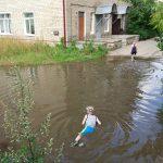 Дети устроили купание в луже возле смоленской поликлиники