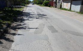 «Детям приходится идти по проезжей части». Жительница Рославля пожаловалась губернатору на отсутствие тротуаров