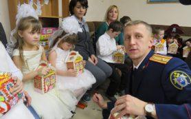 Смоленские следователи поздравили ребят из детского центра «Исток» с Новым годом