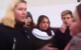 В сети появилось видео избиения школьницы одноклассницами в Смоленской области