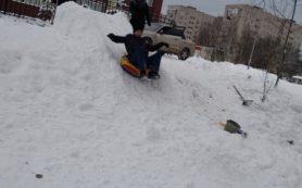 «Не ныть, а действовать». В городе Смоленской области волонтеры восстановили горку для малышей