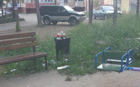 «Все молчат!» В Смоленске детскую площадку регулярно заваливают мусором